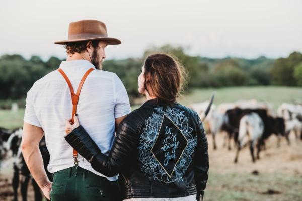 Un couple dans les champs