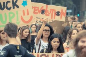 Des femmes manifestent pour le climat